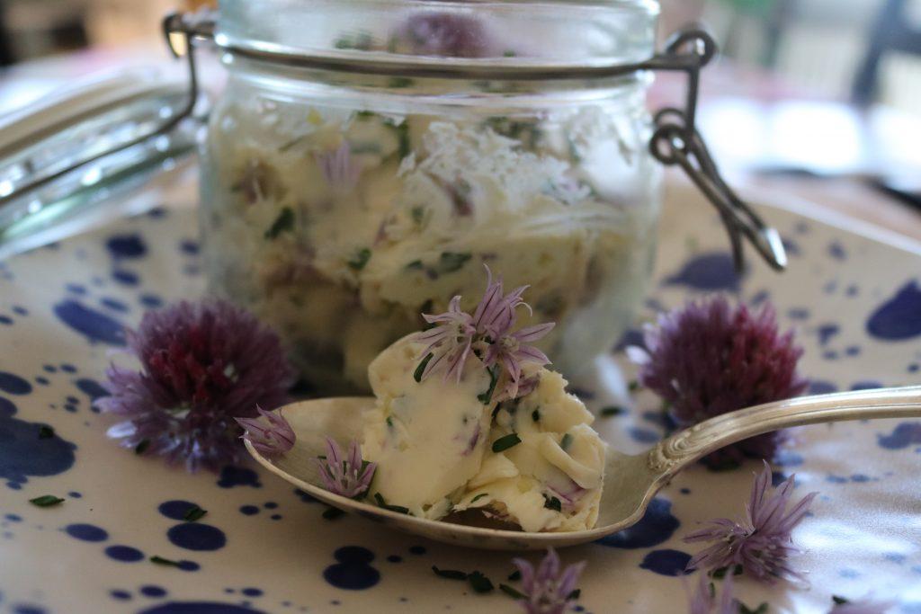 Knoblauch-Butter-mit-Schnittlauch-Blüten-2