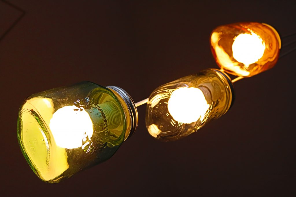 DIY-Projekt-Lampe-aus-bunten-EInmachgläsern